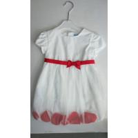 weißes Kleid mit eingenähten Rosenblättern